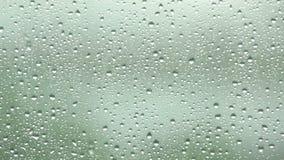Gocce di pioggia sulla lastra di vetro del vetro di finestra video d archivio