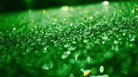 Gocce di pioggia sulla superficie di vetro alla notte Goccioline su vetro dopo pioggia video d archivio