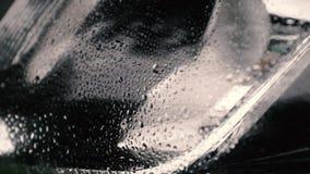 Gocce di pioggia sulla superficie porosa dei fari video d archivio