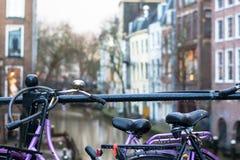 Gocce di pioggia sulle biciclette a Utrecht, Olanda immagini stock libere da diritti