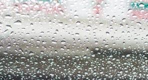 Gocce di pioggia sullo schermo della finestra con gli ambiti di provenienza vaghi Fotografia Stock Libera da Diritti