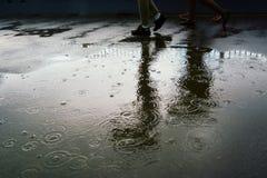 Gocce di pioggia in una pozza Fotografie Stock