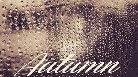 Gocce di pioggia in vetro con testo immagine stock