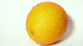 Gocce di scorrimento dell'acqua giù un'arancia matura succosa video d archivio