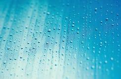 Gocce e cielo blu dell'acqua Immagini Stock