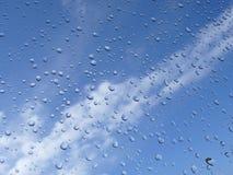 Gocce e cielo blu della pioggia Fotografia Stock Libera da Diritti