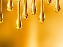 gocce liquide dell'olio del motociclo su fondo arancio fotografie stock