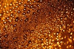 Gocce molto piccole dell'acqua dell'oro Fotografia Stock
