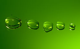Gocce riflesse dell'acqua su verde Immagini Stock Libere da Diritti