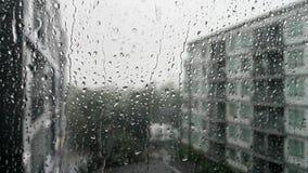 Gocce senza cuciture di ciclaggio di pioggia su un vetro di finestra video d archivio