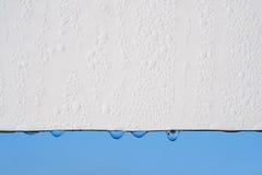 Gocce su bianco e sul cielo immagine stock libera da diritti