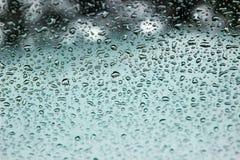 Gocce su vetro dopo una pioggia fotografia stock libera da diritti