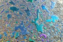 Gocce variopinte sulla pavimentazione Punto del combustibile della benzina di colore su asfalto nero, concetto industriale dei de fotografie stock