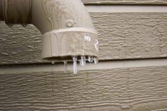 Goccia del ghiaccio sul tubo di scarico fotografia stock