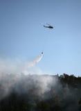 Goccia dell'acqua sull'incendio violento Fotografie Stock Libere da Diritti