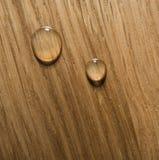 Goccia dell'olio una superficie di legno Fotografia Stock