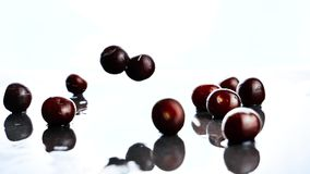 Goccia della ciliegia su suface bagnato stock footage