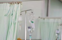 Goccia della soluzione salina per aiutare paziente con salamoia, dispositivo di venipunzione salino fotografia stock libera da diritti