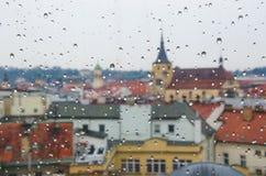Goccia di acqua alla finestra con il fondo della città Fotografia Stock Libera da Diritti