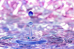 Goccia di acqua che cade nell'acqua Immagini Stock