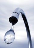 Goccia di acqua che esce da rubinetto Fotografia Stock Libera da Diritti