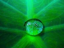 Goccia di acqua che sembra come contenere universo fotografie stock libere da diritti