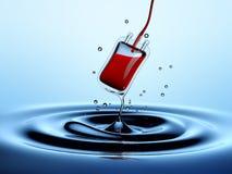 Goccia di acqua che si mescola in una borsa del sangue Fotografie Stock