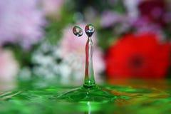 Goccia di acqua che spruzza in acqua fotografia stock