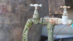Goccia di acqua, colante dal vecchio rubinetto della valvola. stock footage
