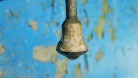 Goccia di acqua, colante dal vecchio rubinetto della valvola Macro archivi video