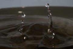 Goccia di acqua con spruzzata immagine stock