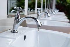 Goccia di acqua dal rubinetto del cromo Fotografia Stock