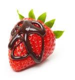 Goccia di cioccolato sulla fragola rossa della bacca immagini stock libere da diritti