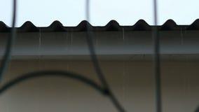 Goccia di pioggia di caduta dal tetto video d archivio