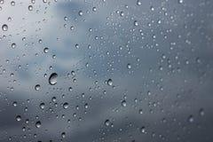 Goccia di pioggia dell'acqua sulla finestra di vetro Fotografia Stock Libera da Diritti