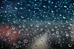 Goccia di pioggia sugli ambiti di provenienza della lastra di vetro Immagine Stock Libera da Diritti