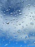 Goccia di pioggia sul cielo blu della priorità bassa immagini stock libere da diritti