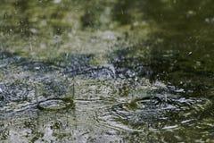 Goccia di pioggia sul pavimento del cemento immagini stock