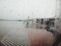Goccia di pioggia sulla finestra dell'aeroplano fotografia stock libera da diritti