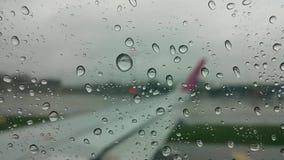 Goccia di vibrazione di acqua su una finestra piana Immagine Stock