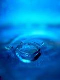 Goccia e spruzzata dell'acqua Fotografia Stock