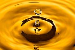 Goccia gialla dorata dell'acqua Fotografia Stock Libera da Diritti