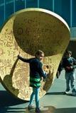 Goccia, installazione Southbank della moneta di Outsize. Immagini Stock Libere da Diritti