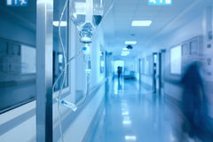 Gocciolamento del dispositivo di venipunzione in corridoio dell'ospedale Fotografia Stock Libera da Diritti