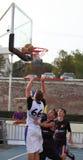 Gocciolando e gettando il baskball Fotografia Stock