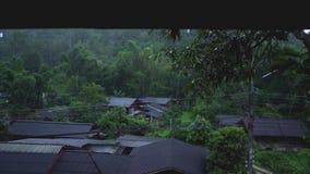 Gocciolina della pioggia dal paese del tetto stock footage