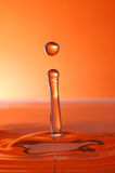 Gocciolina di acqua arancione Fotografie Stock Libere da Diritti