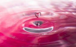 Gocciolina di acqua in forma di cuore fotografia stock libera da diritti