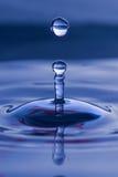 Gocciolina di acqua sferica Fotografie Stock Libere da Diritti