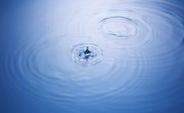 Gocciolina ed ondulazioni di acqua Fotografia Stock Libera da Diritti